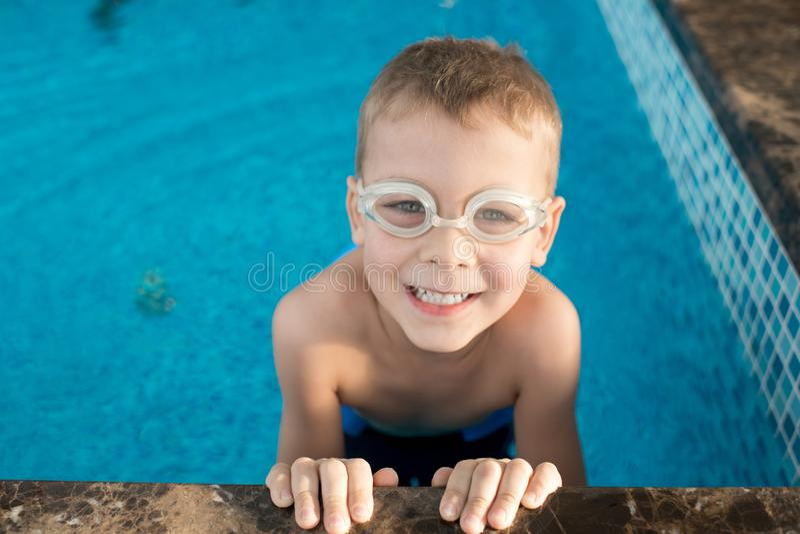 Retrato do nadador pequeno feliz foto de stock