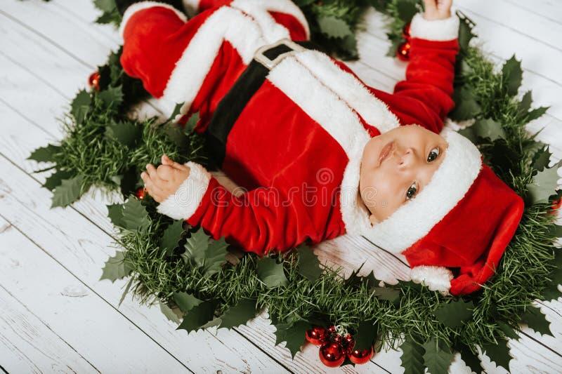 Retrato do Natal do bebê recém-nascido adorável que veste o equipamento do ` de Santa Claus foto de stock royalty free