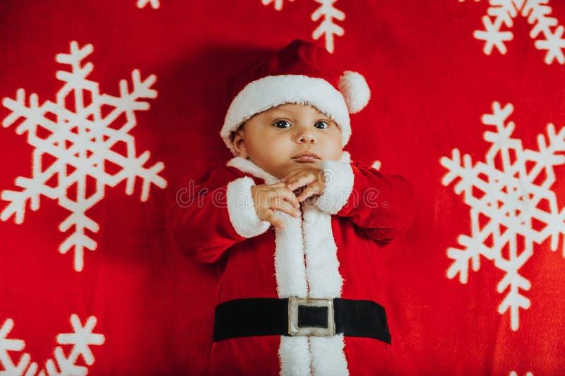 Retrato do Natal do bebê recém-nascido adorável que veste o equipamento do ` de Santa Claus imagens de stock