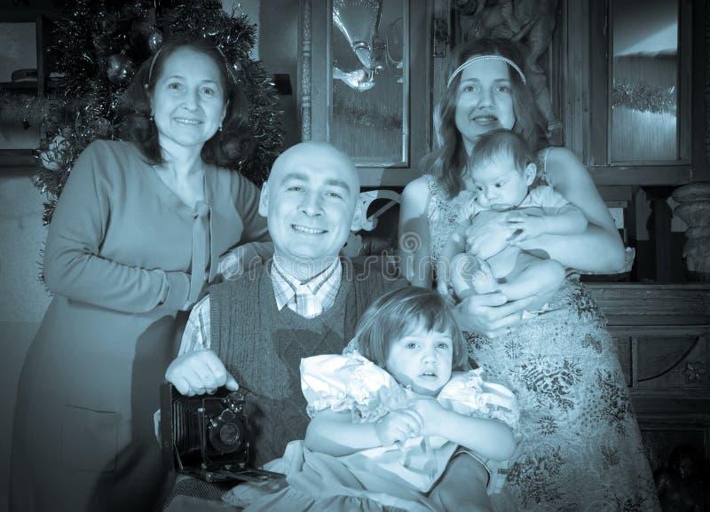 Retrato do Natal da família feliz do fotógrafo imagem de stock