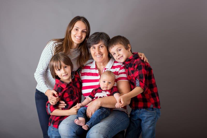 Retrato do Natal da família, isolado no cinza, imagem do estúdio imagem de stock