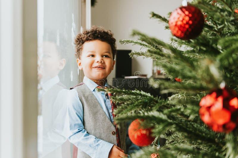 Retrato do Natal do menino africano adorável da criança foto de stock royalty free