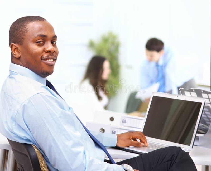 Retrato do negócio afro-americano esperto fotografia de stock