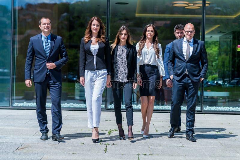 Retrato do negócio bem sucedido novo Team Outside Office fotos de stock royalty free