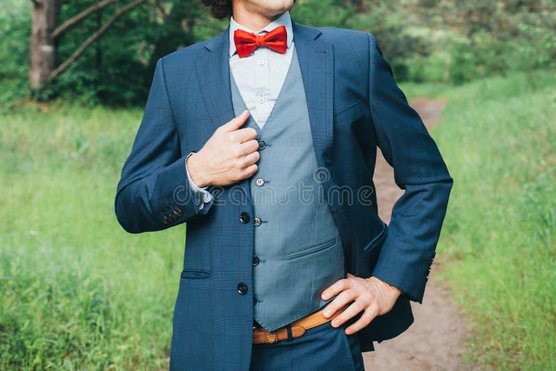 Retrato do noivo exterior foto de stock royalty free