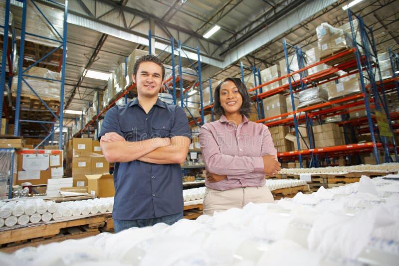 Retrato do operário e do gerente na linha de produção fotos de stock