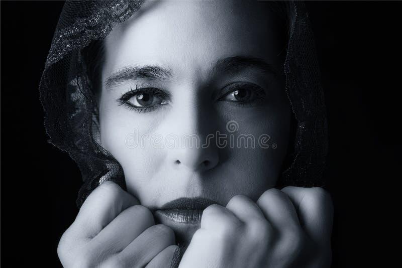 Retrato do Oriente Médio da mulher que olha triste com hijab co artístico fotos de stock royalty free