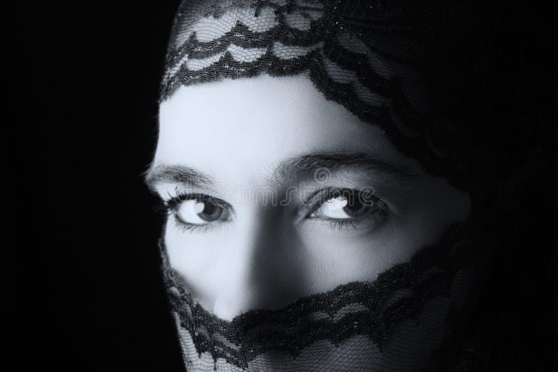 Retrato do Oriente Médio da mulher que olha triste com hijab co artístico imagens de stock royalty free