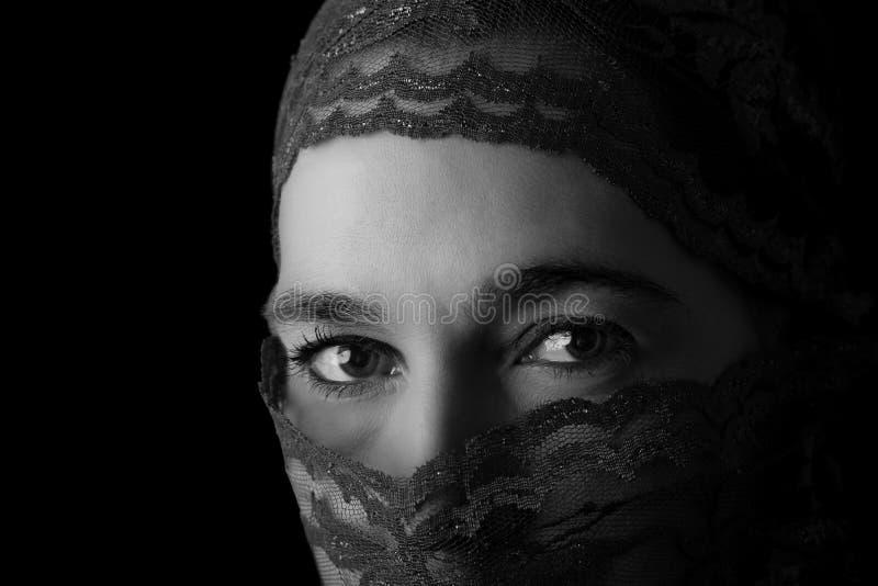 Retrato do Oriente Médio da mulher que olha triste com hijab co artístico fotos de stock