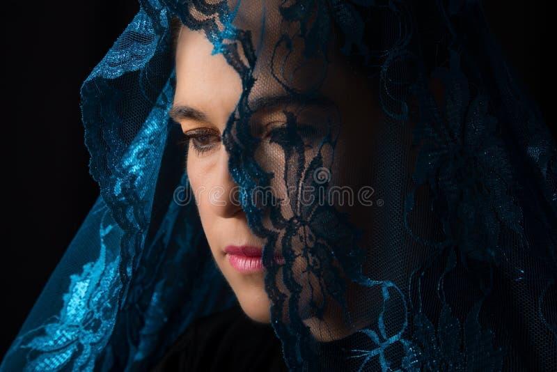 Retrato do Oriente Médio da mulher que olha triste com o artista azul do hijab fotografia de stock royalty free