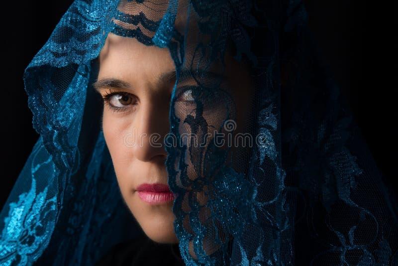 Retrato do Oriente Médio da mulher que olha triste com o artista azul do hijab imagens de stock