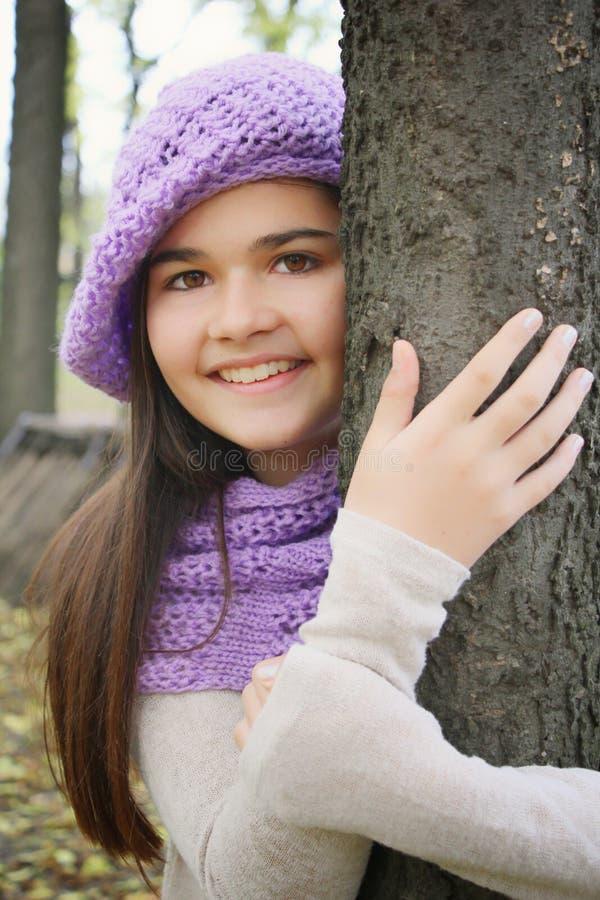 Retrato do outono da menina de sorriso bonito fotografia de stock