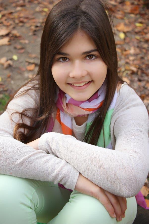 Retrato do outono da menina de sorriso bonito imagens de stock royalty free