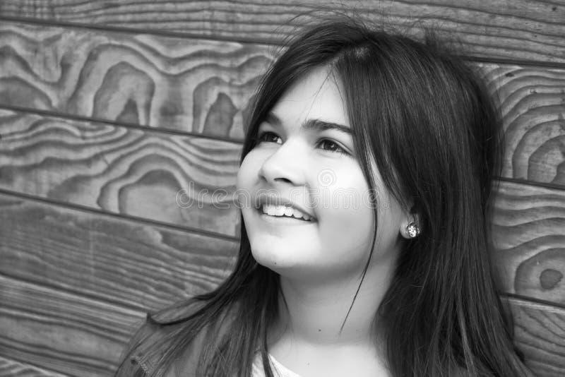 Retrato do outono da menina de sorriso bonito fotografia de stock royalty free