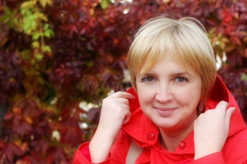 Retrato do outono da mulher loura foto de stock