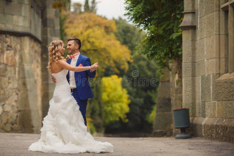 Retrato do outono de pares felizes do casamento imagens de stock royalty free