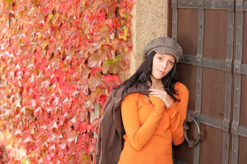 Retrato do outono do modelo fêmea novo bonito imagens de stock royalty free