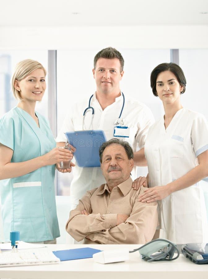 Retrato do paciente sênior e do grupo médico fotografia de stock