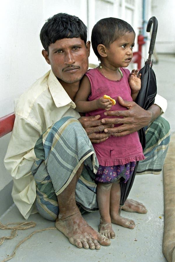 Retrato do pai e da criança bengalis, Bangladesh fotos de stock