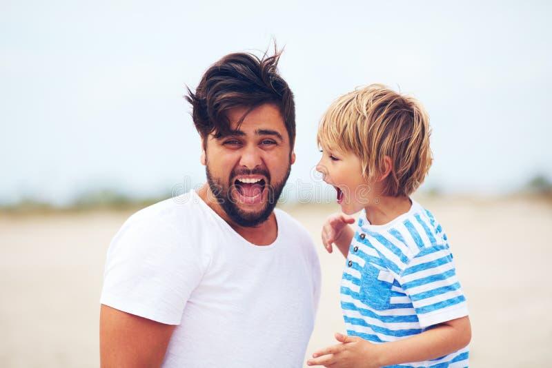 Retrato do pai e do filho, gritar da criança, fazendo o som forte Expressões dos povos fotos de stock
