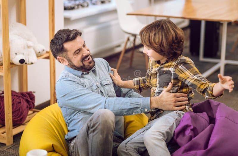 Retrato do pai e seu filho do adolescente que tem o divertimento fotografia de stock