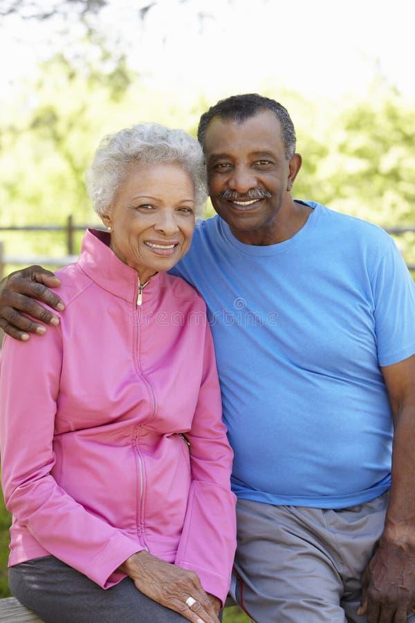 Retrato do pano running vestindo dos pares afro-americanos superiores imagens de stock