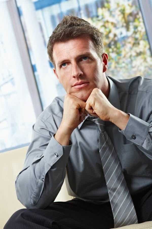 Retrato do pensamento de assento do homem de negócios imagem de stock royalty free