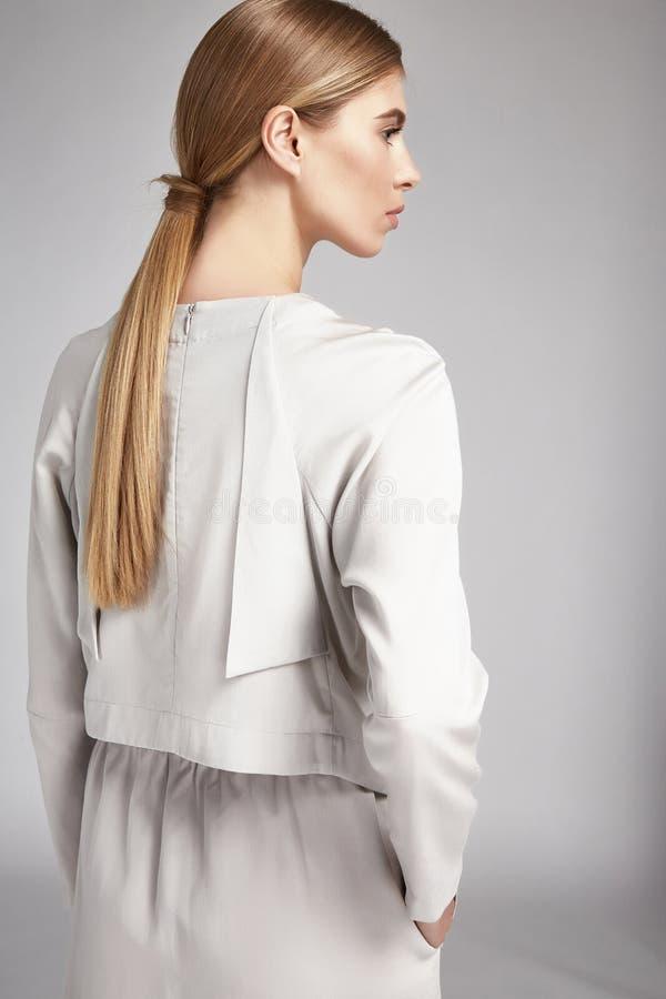 Retrato do penteado longo louro da mulher bonita perfeito fotografia de stock