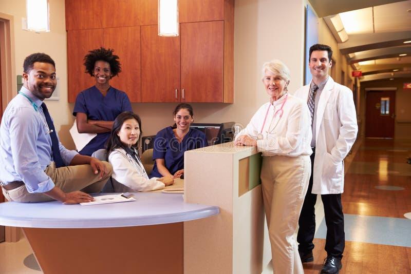 Retrato do pessoal médico na estação da enfermeira no hospital imagens de stock royalty free