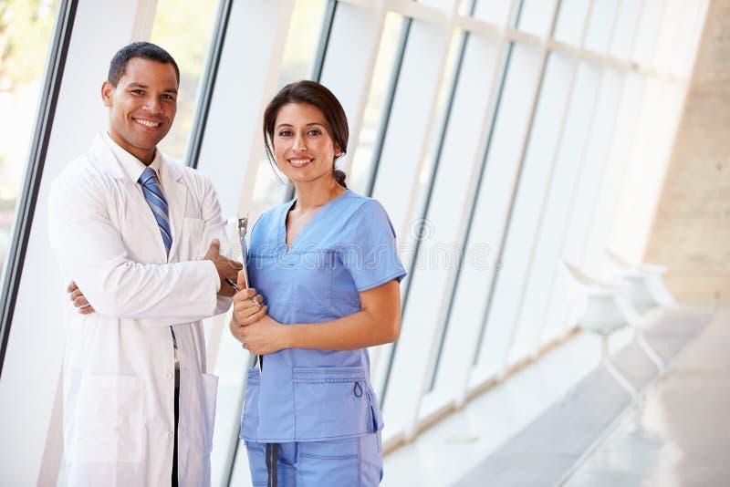 Retrato do pessoal médico no corredor do hospital fotografia de stock