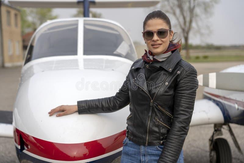 Retrato do piloto da jovem mulher foto de stock royalty free