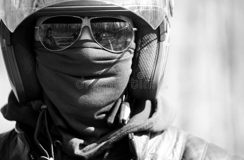 Retrato do piloto no capacete em óculos de sol fotografia de stock
