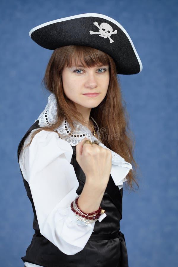 Retrato do pirata da mulher no fundo azul imagens de stock royalty free