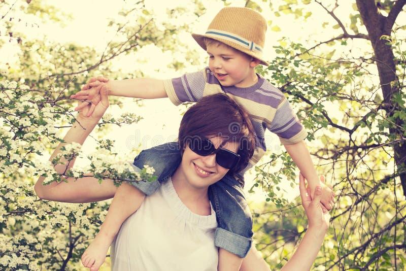 Retrato do playin da mãe com seu filho imagem de stock