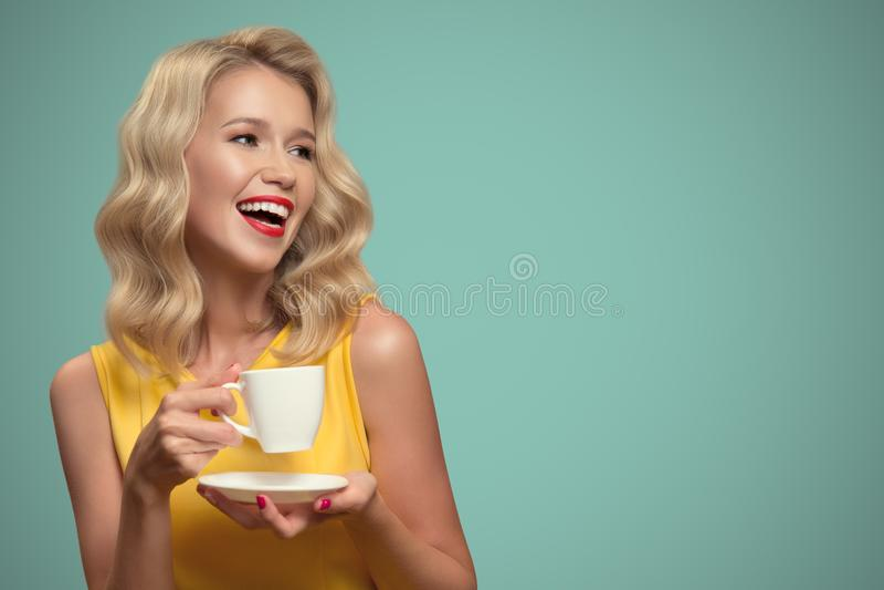 Retrato do pop art do café bebendo da mulher bonita na parte traseira do azul imagens de stock royalty free