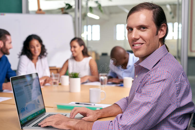 Retrato do portátil da reunião do homem de negócios fotos de stock royalty free