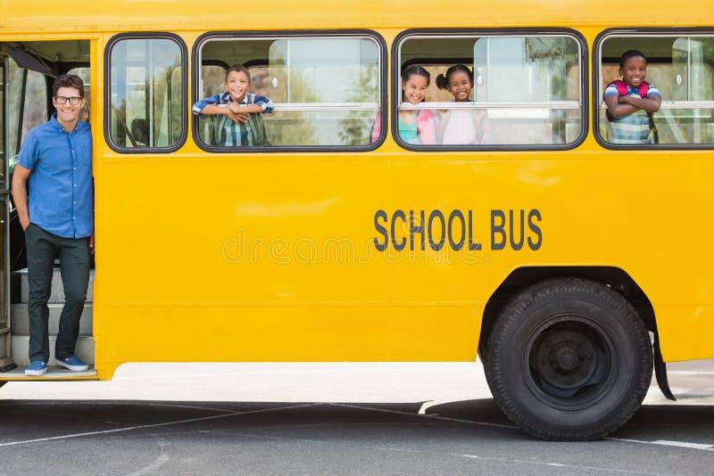 Retrato do professor e das crianças que olham do ônibus fotos de stock royalty free
