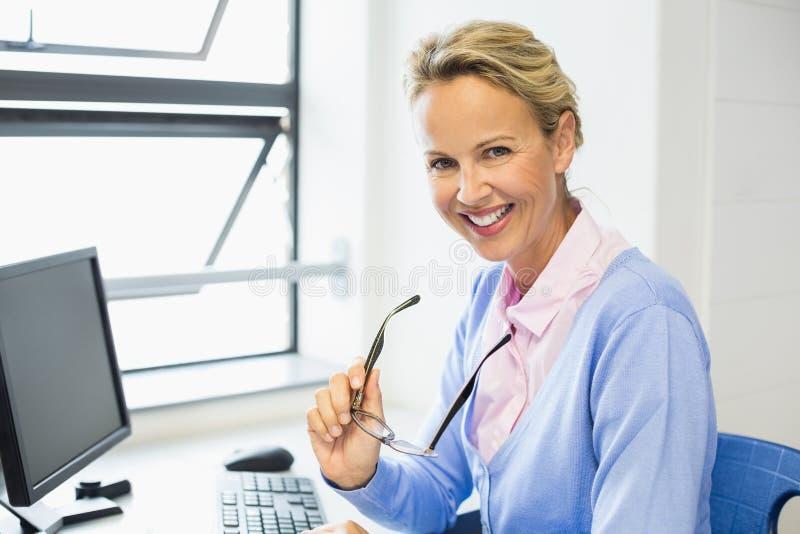 Retrato do professor que sorri na sala de aula imagens de stock royalty free