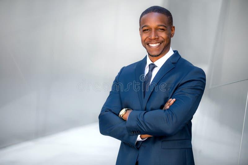 Retrato do profissional afro-americano masculino, possivelmente CEO incorporado do executivo empresarial, finança, advogado, advo foto de stock