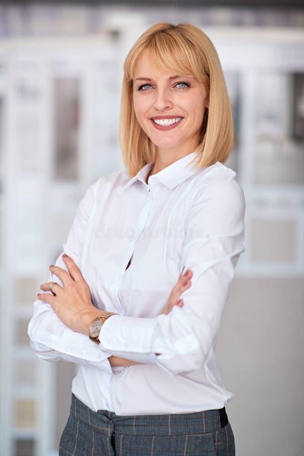 Retrato do proprietário empresarial da mulher no escritório imagem de stock royalty free