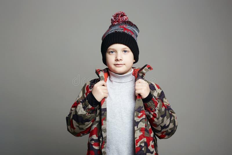 Retrato do Rapaz Fashionable em roupa de inverno imagem de stock