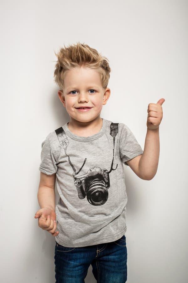 Retrato do rapaz pequeno bonito alegre feliz fotografia de stock royalty free