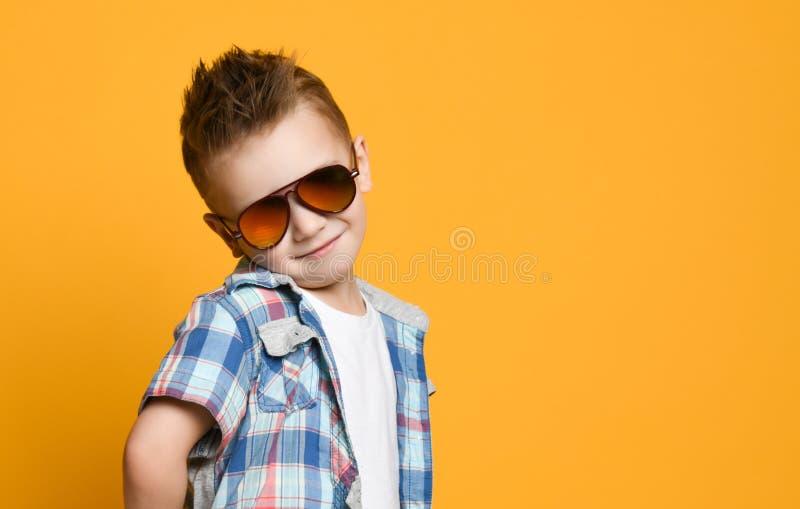 Retrato do rapaz pequeno bonito alegre feliz, tiro do estúdio na camisa branca de t imagem de stock