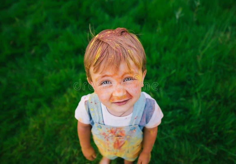 Retrato do rapaz pequeno com a cara pintada no parque da cidade Vista superior fotos de stock royalty free