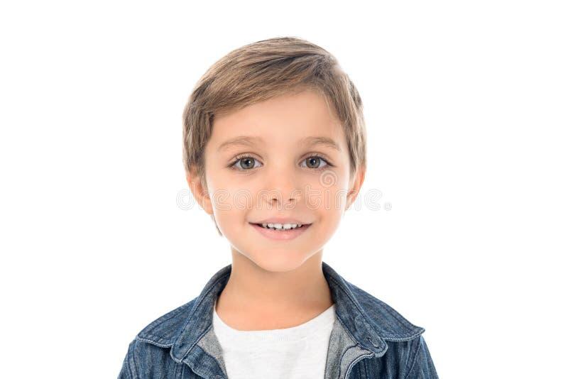 retrato do rapaz pequeno de sorriso bonito que olha a câmera fotos de stock royalty free