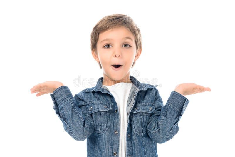 retrato do rapaz pequeno entusiasmado com os braços estendido que olham a câmera fotografia de stock royalty free