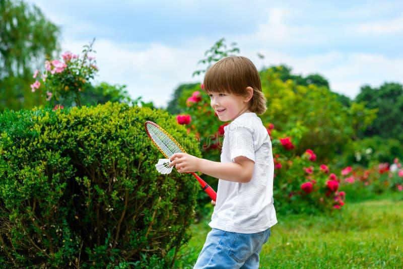 Retrato do rapaz pequeno feliz que guarda o badminton foto de stock