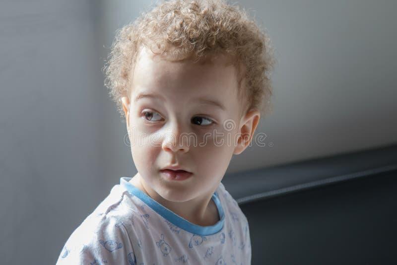 Retrato do rapaz pequeno nos pyjamas antes de ir dormir fotografia de stock