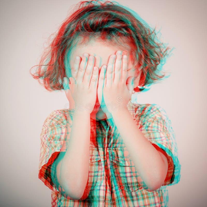 Retrato do rapaz pequeno triste que está a parede próxima imagem de stock
