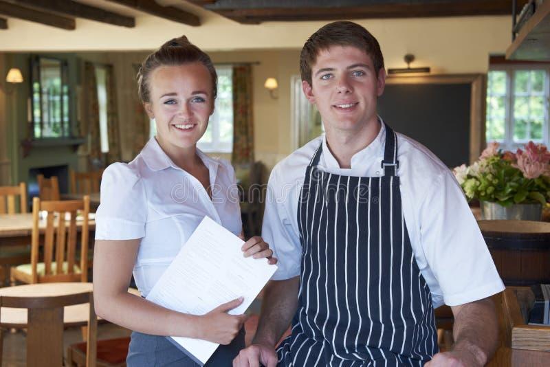 Retrato do restaurante de And Waitress In do cozinheiro chefe foto de stock royalty free